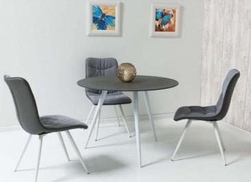 Tapicerowane krzesła ze skośnymi nogami i stół z okrągłym blatem ze szkła hartowanego