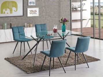 Niebieskie pikowane krzesła bez podłokietników i stół ze szklanym blatem w domowej jadalni