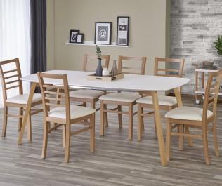 Drewniane krzesła i rozkładany stół w nowoczesnej aranżacji jadalni z białą półką na ścianie oraz granatową zasłoną