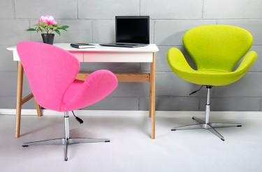 Kolorowe fotele obrotowe oraz biurko z szufladami i podstawą z drewna dębowego