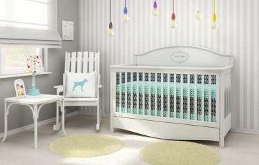 Pokój niemowlęcy z drewnianym krzesłem bujanym do karmienia i łóżeczkiem z funkcją sofy