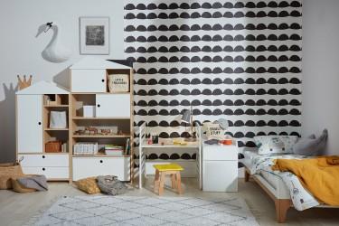 Białe łóżeczko z funkcją tapczanika i dziecięce krzesełko na drewnianych nogach