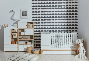 Skandynawskie łóżeczko z funkcją tapczanika oraz białe pojemne regały