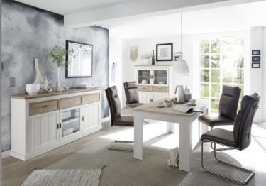 Witryna z przeszklonymi drzwiami oraz pojemna komoda i stół z drewnianym blatem