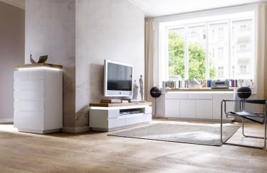 Biała szafka RTV oraz komody z podświetlanym blatem z drewna dębowego
