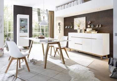 Pojemna komoda i witryna z przeszklonymi drzwiami oraz stół na drewnianych nogach
