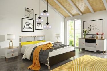 Komoda i szafki nocne z kolorowymi frontami oraz łóżko na wysokich nóżkach i szklana lampa wisząca