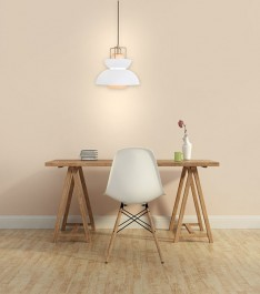 Designerska lampa wisząca z metalowym kloszem oraz białe krzesło na drewnianych nogach