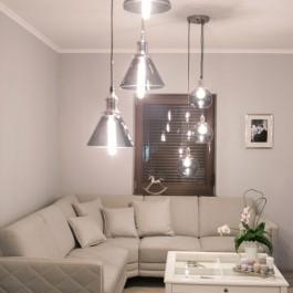 Potrójna lampa wisząca ze szklanymi kloszami oraz ława pokojowa z poręczną szufladą