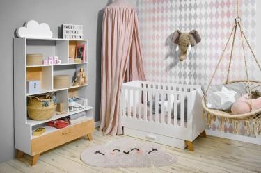 Skandynawskie meble na wysokich nóżkach i lniane tekstylia do łóżeczka