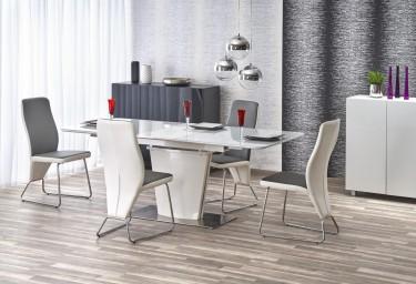 Szklany stół z rozkładanym blatem w nowoczesnej jadalni z krzesłami i dwoma komodami