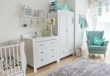 Biała komoda i dwudrzwiowa szafa ubraniowa oraz dekoracyjna lampa z kolorowym kloszem