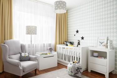 Lampy dziecięce z gwieździstymi kloszami oraz bawełniana pościel do łóżeczka