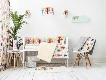 Kolorowe tekstylia i oświetlenie dziecięce oraz skandynawskie krzesło na drewnianych nogach