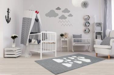 Szary dywan z polipropylenu oraz łóżeczko dziecięce z baldachimem w paski