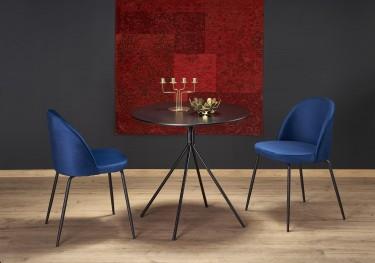 Stolik z okrągłym blatem oraz tapicerowane krzesła na metalowych nogach