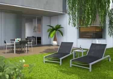 Leżak ogrodowy z regulowanym oparciem oraz metalowy stolik kawowy