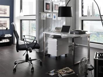 Nowoczesne biurko na metalowych płozach i kontenerek oraz czarna lampa podłogowa