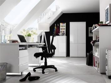 Szafa ubraniowa w wysokim połysku oraz biurko z pojemnymi szufladami i szafką