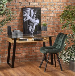 Biurko ze szklanym blatem w stylu industrialnym oraz pikowane krzesło tapicerowane tkaniną