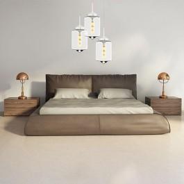 Wiszące lamy z transparentnym kloszem oraz skórzane łóżko z wysokim wezgłowiem
