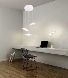 Potrójna lampa wisząca oraz stołowa w kolorze białym i druciane krzesło w metalu