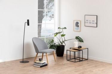 Kącik wypoczynkowy w nowoczesnym salonie z jednoskrzydłowym oknem