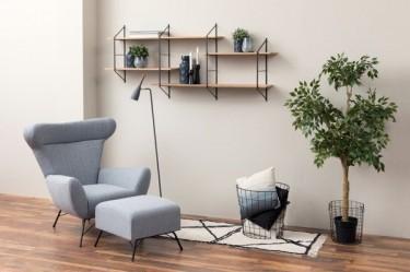 Przestrzeń wypoczynkowa w otwartym salonie z drewnianą podłogą