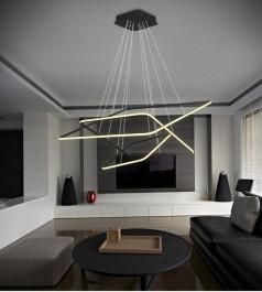 Designerska lampa wisząca w przestronnym salonie ze skórzanymi meblami wypoczynkowymi