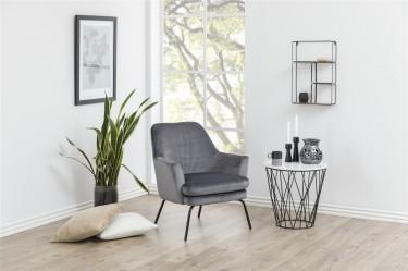 Fotel wypoczynkowy w nowoczesnym salonie z białymi ścianami