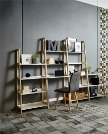 Skandynawskie biurko z regałami w pokoju nastolatka z szarymi ścianami