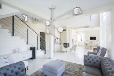 Designerska lampa wisząca z akrylowymi kloszami oraz eleganckie pikowane meble