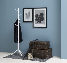 Otwarty wieszak stojący w przedpokoju z niebieskimi ścianami