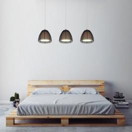 Potrójna lampa z metalowymi kloszami i dwuosobowe łóżko w naturalnym odcieniu drewna
