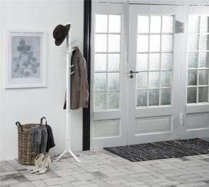 Otwarty wieszak stojący na tle gładkich ścian w kolorze białym