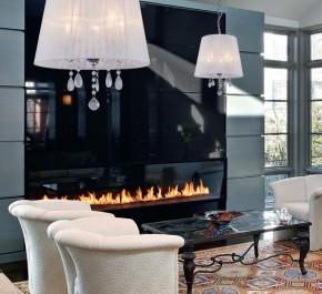 Białe lampy wiszące z ozdobnymi kryształami oraz tapicerowane fotele i ława ze szklanym blatem w stylu retro