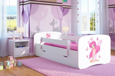Dziecięce łóżko z ozdobną naklejką i ochronnymi barierkami oraz biała szafka nocna