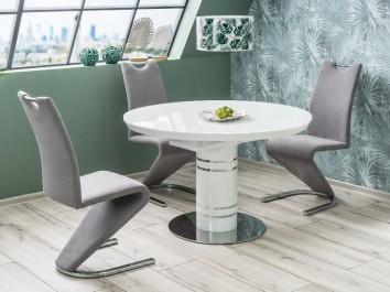 Okrągły stół do jadalni z krzesłami na płozach w niewielkiej jadalni na poddaszu