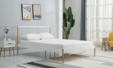 Skandynawskie łóżko na wysokich nogach z metalowym zagłówkiem