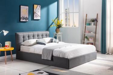 Wysokie łóżko dla dwóch osób z szarej tkaniny z pikowanym zagłówkiem i pojemnikiem na pościel