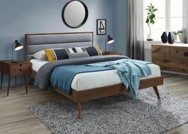 Drewniane łóżko na wysokich nóżkach z tapicerowanym zagłówkiem