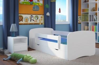 Białe łóżko ze skrzynią na pościel oraz szafka nocna z szufladą i otwarta przestrzenią do przechowywania