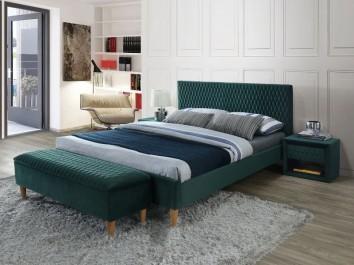 Zielone meble do sypialni na tle białej ściany strukturalnej