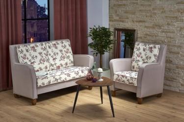 Meble wypoczynkowe z poduszką w kwiaty i trójkątny stolik kawowy na trzech nogach