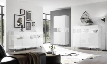 Nowoczesny salon wraz z komodą oraz witryną w kolorze białym