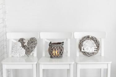 Jak efektownie odnowić wystrój wnętrz wykorzystując dekoracje do domu?