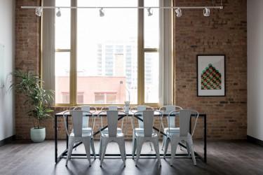 Jak dobrać odpowiednie krzesła do stołu w jadalni?