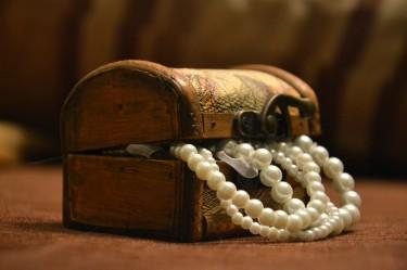 Jakie organizery na biżuterię wybrać - w pudełku czy stojaku?
