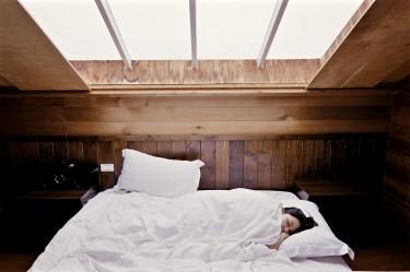 Zdrowy sen to podstawa. Jak wybrać wygodne łóżko do sypialni?