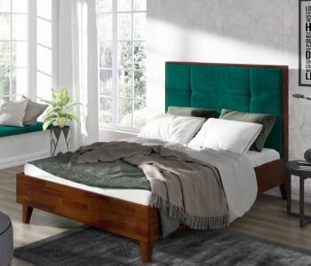 Sosnowe łóżko z wysokim wezgłowiem tapicerowanym Frida